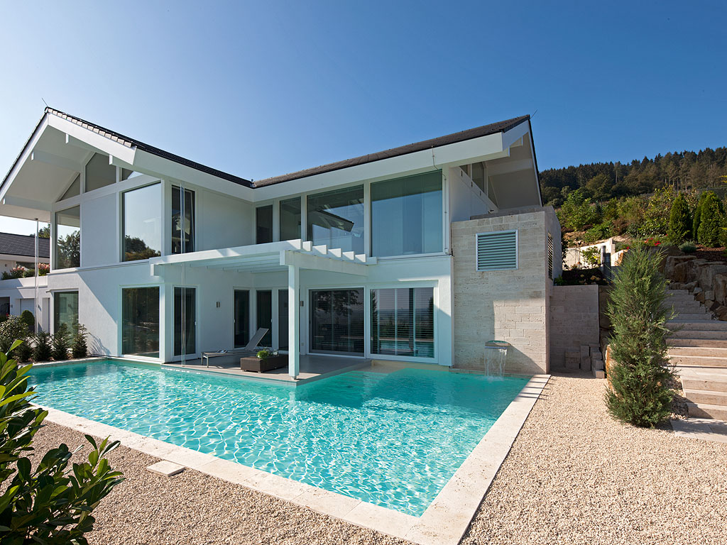 Modernes haus mit pool in deutschland for Modernes haus u form