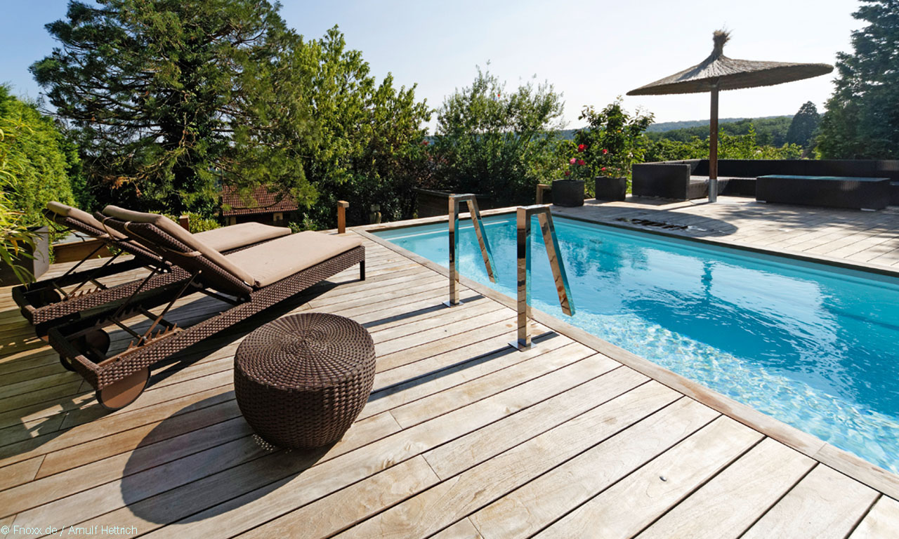 pool mit holzterrasse. Black Bedroom Furniture Sets. Home Design Ideas